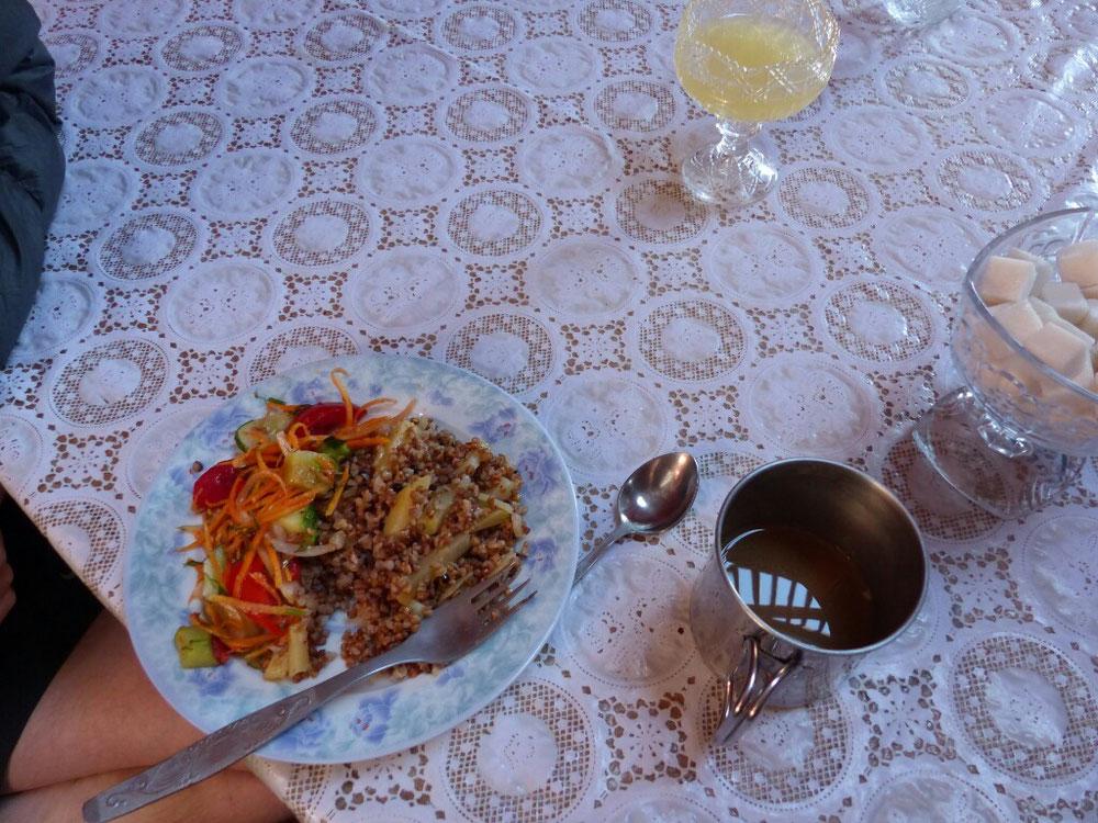 Zum Frühstück Buchweizen und Salat und natürlich jede Menge Tee. Rolf hat Neskaffee mit!