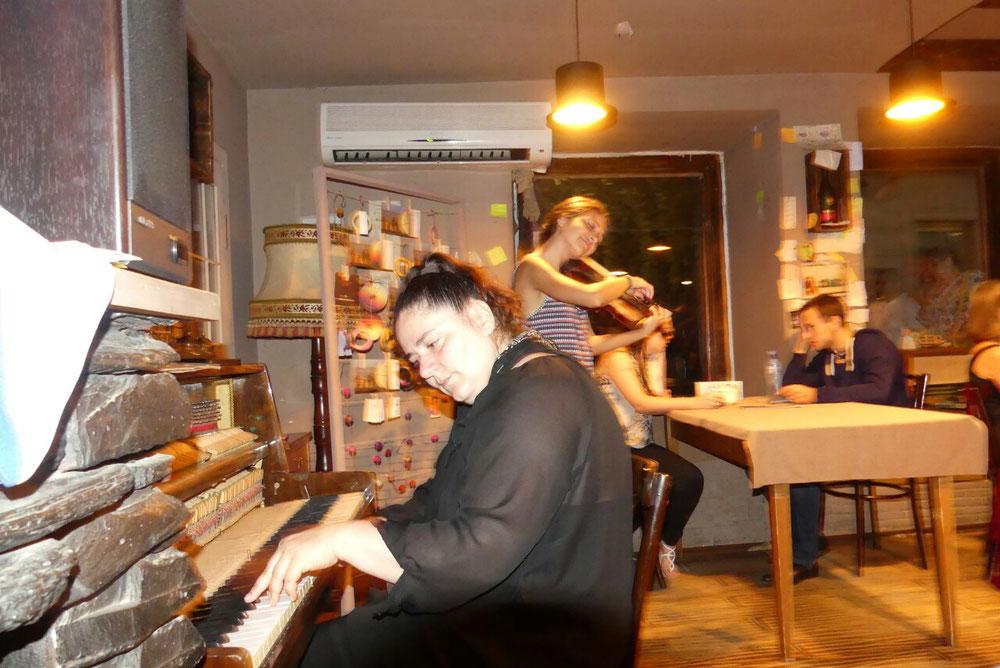 Musik im Palaty, sehr humorvoll und gekonnt, trotz verstimmtem Klavier