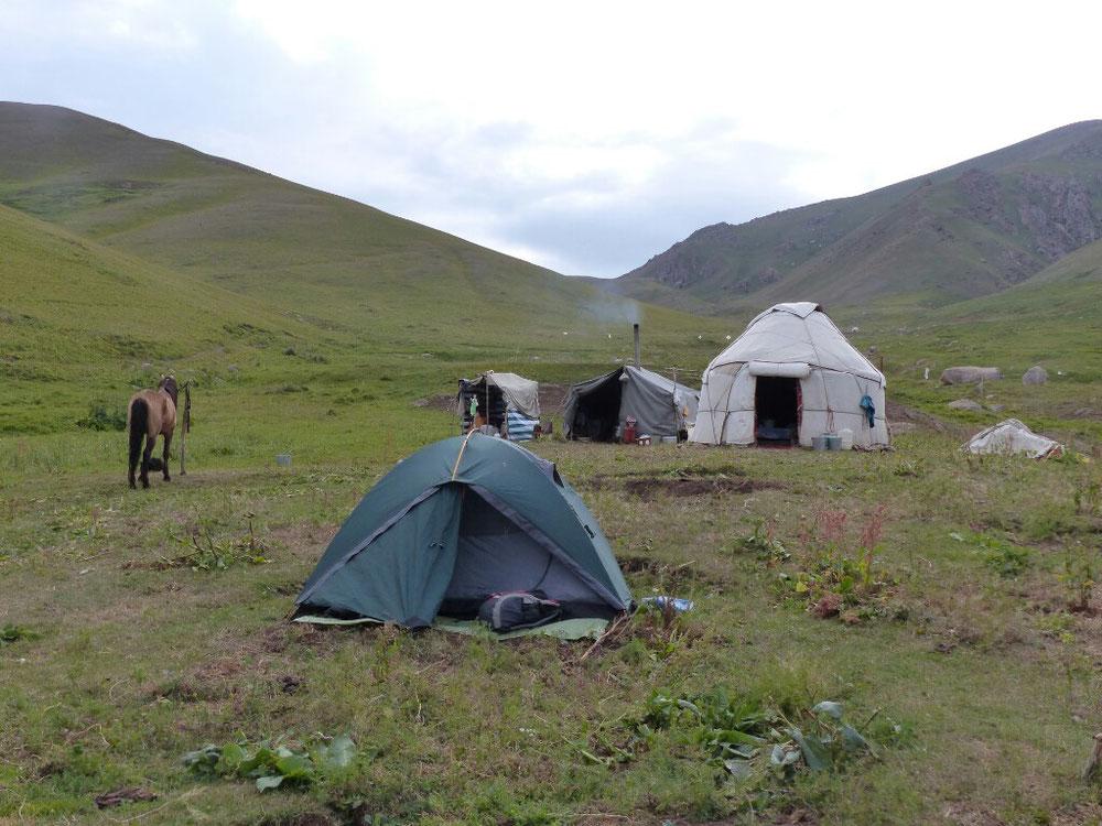 Wir hätten auch wieder in der Jurte schlafen können, aber im eigenen Zelt ist es NOCH kuschliger.