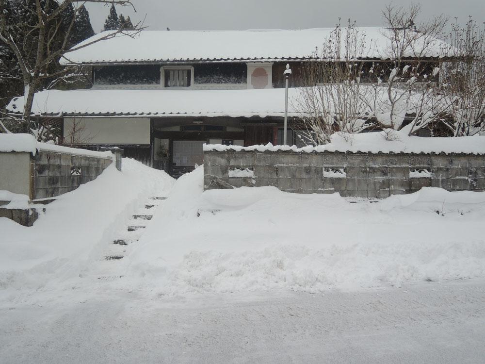2019年1月末、古民家民宿千屋アウトドアハウス前。これでも雪が少なめの年。