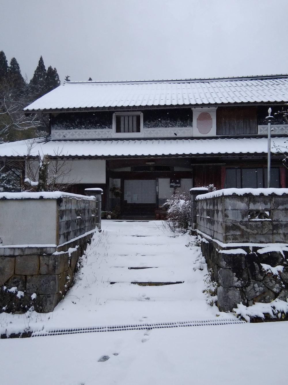 2020年1月末、久々に積雪の古民家民宿千屋アウトドアハウス前。
