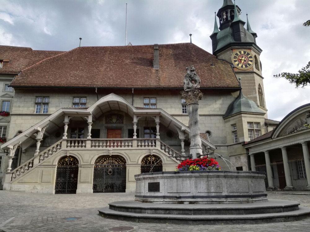 Freiburg-Fribourg. Ab hier ist Französisch die Amtssprache. Der Rathaus