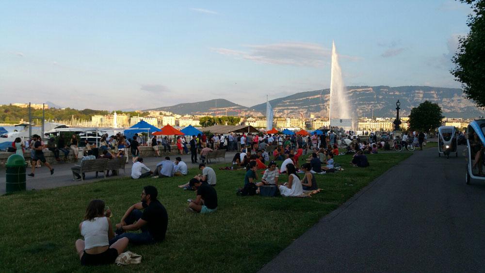 Am Abend bei gutem Wetter treffen sich die Genfer in der Marina und trinken bei smalltalk in lockere Atmosphäre paar Bierchen oder Cocktails