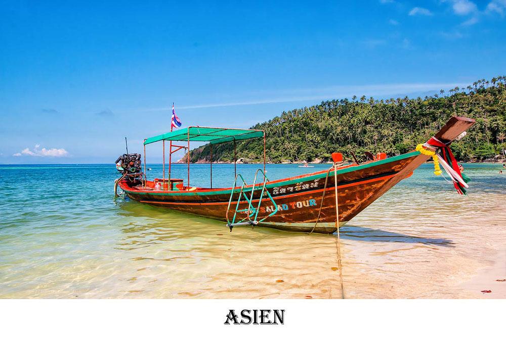 Longtailboat liegt im seichten Wasser am Strand auf Koh Phangan in Thailand