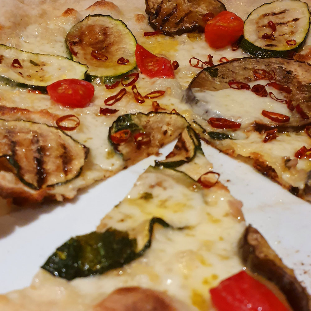 Weiße Pizza mit Gemüse und schaaarrrfem Pepperoncino, schon Probiert?