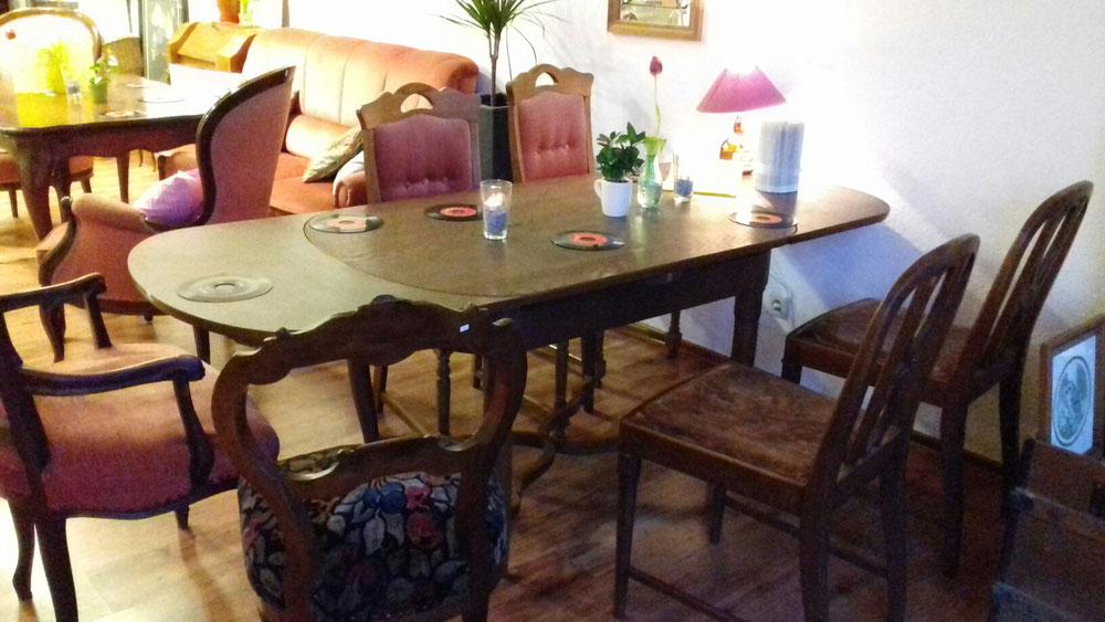 Lindau Café - Café Live in Lindau - Innenansicht des Ladens 3, Blick auf verschiedene Sitzgelegenheiten im Café