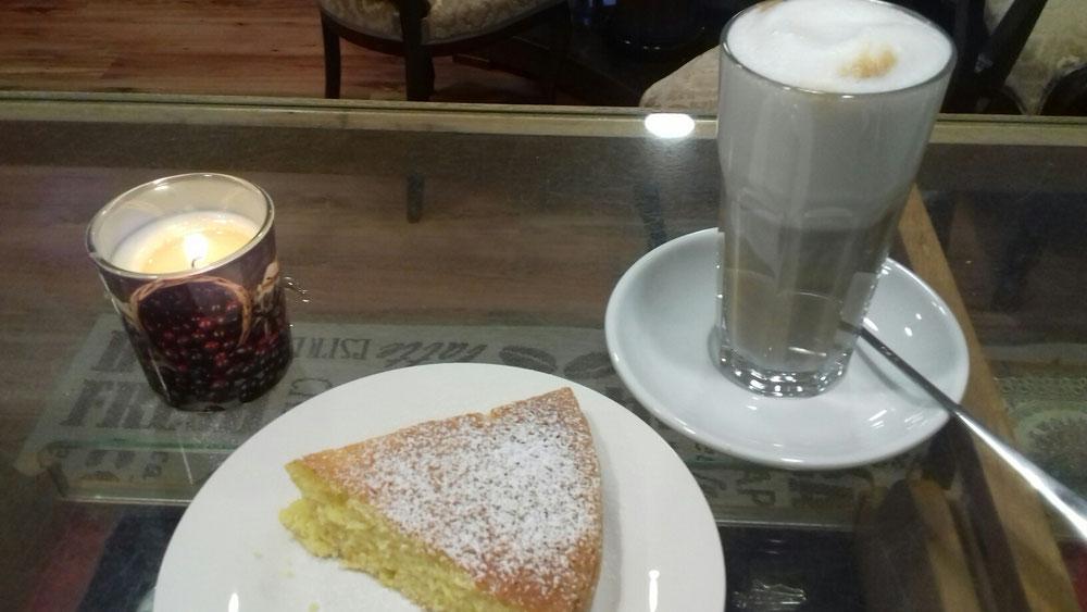 Lindau Café - Café Live in Lindau - selbstgemachter Kuchen auf einem Tisch mit einem Glas Latte Machiato