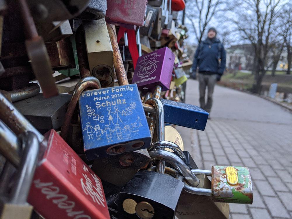 Viele Liebesschlösser im Stadtpark Bastejkalna
