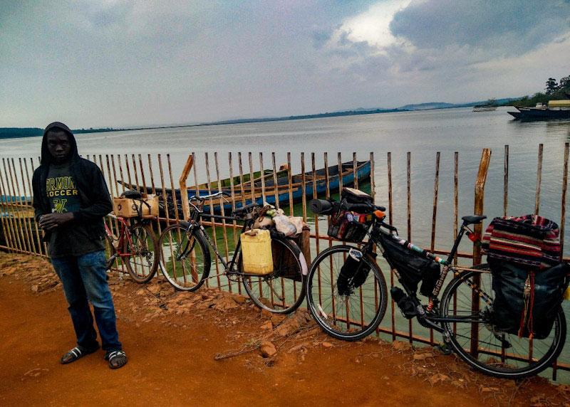 En attendant le bac pour traverser le lac