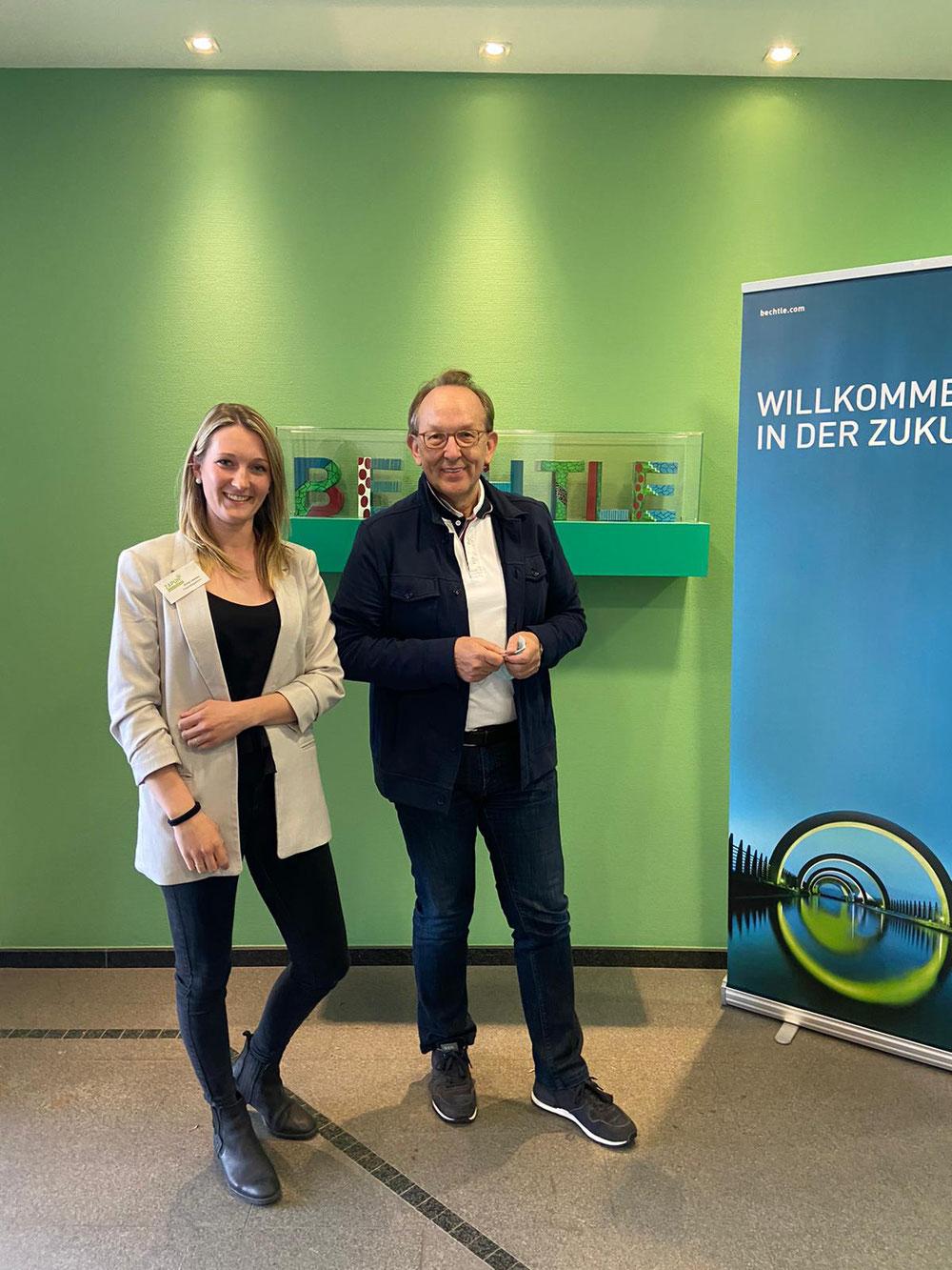 Anna Leweke, Hospizbegleiterin, und Karl-Heinz Empel, Geschäftsführer der Bechtle Düsseldorf