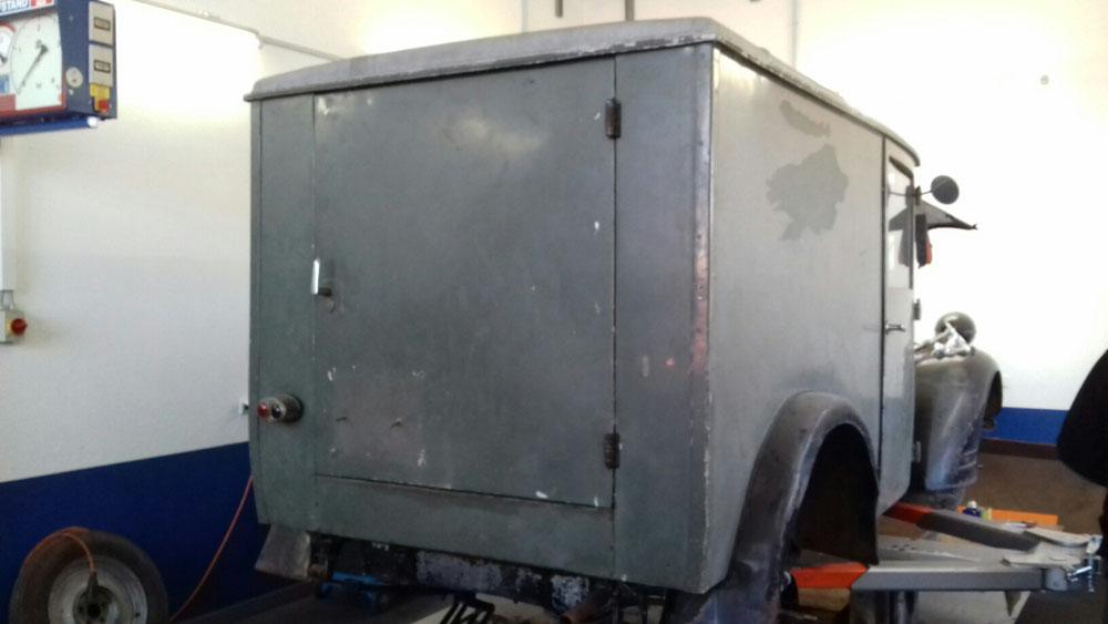 Der Kofferaufbau ohne Stoßstange. Der Rahmen wurde kurz hinter der Blattfeder zusätzlich gekürzt.