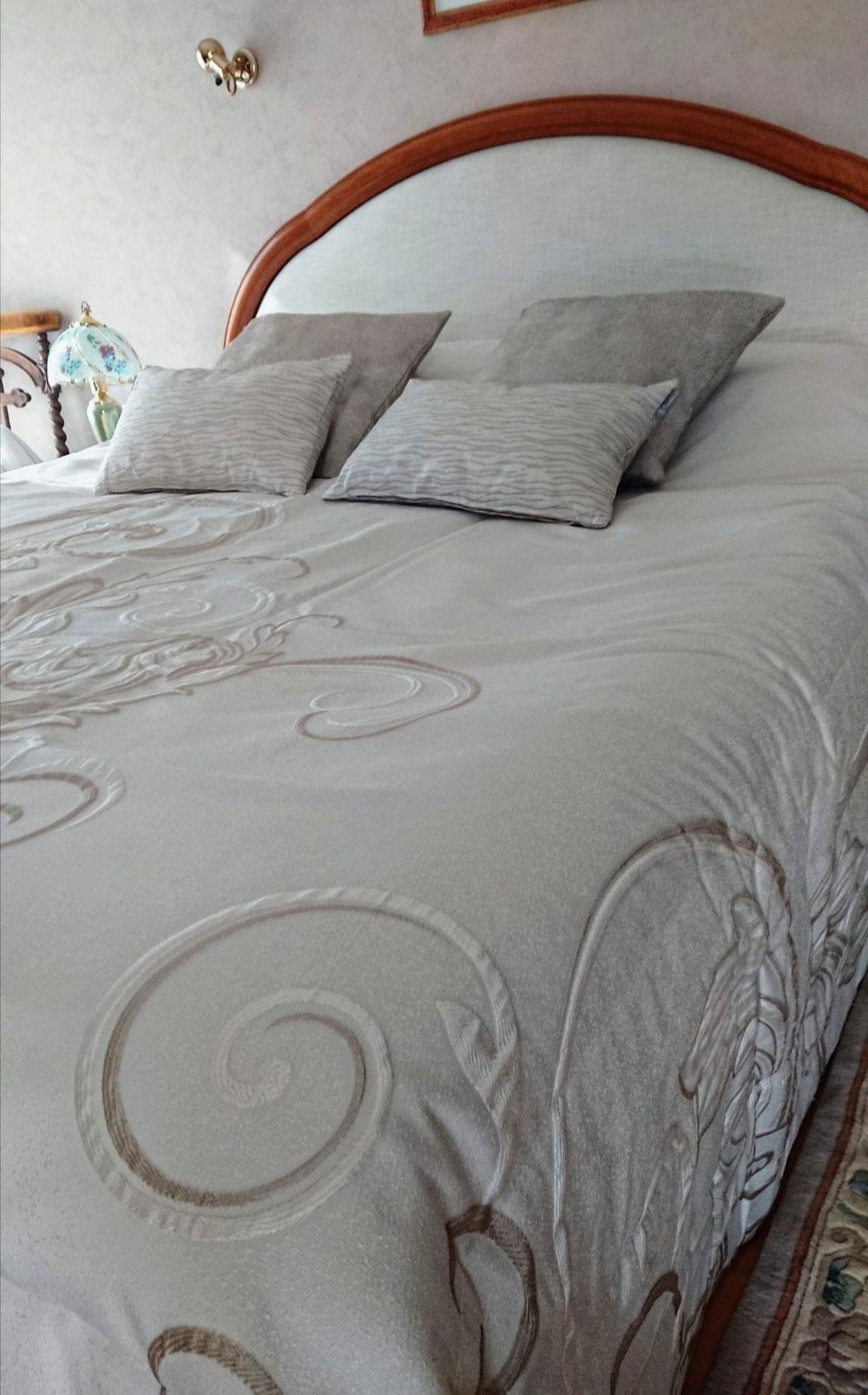 Habillage d'une tête de lit, changement du dessus de lit avec ses coussins déco assortis.