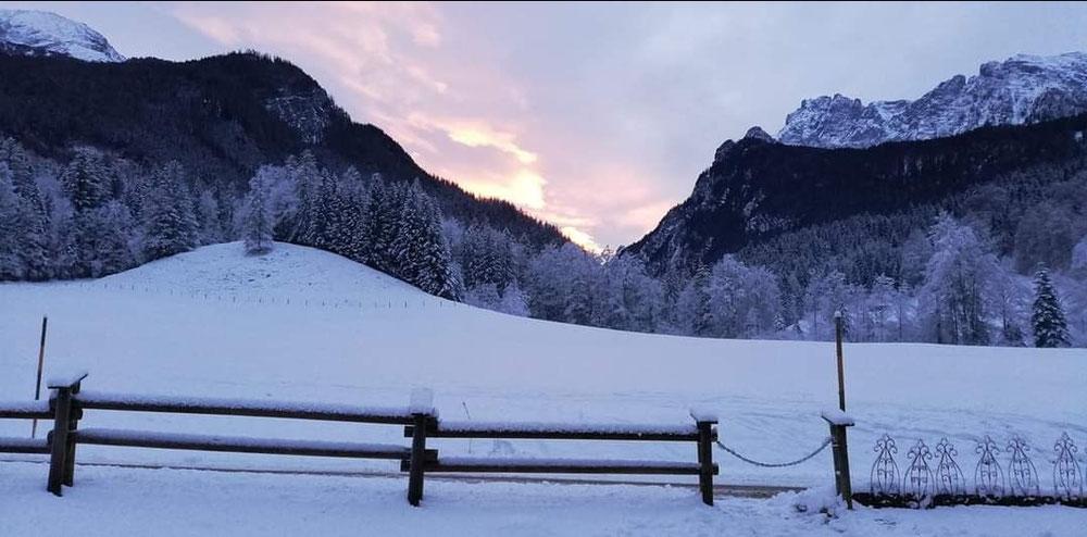 Mit wunderschönen Ausblick auch im Winter auf das Watzmannhaus, Hochkalter, Schärtenspitze, Steinberg, Reiteralpe.
