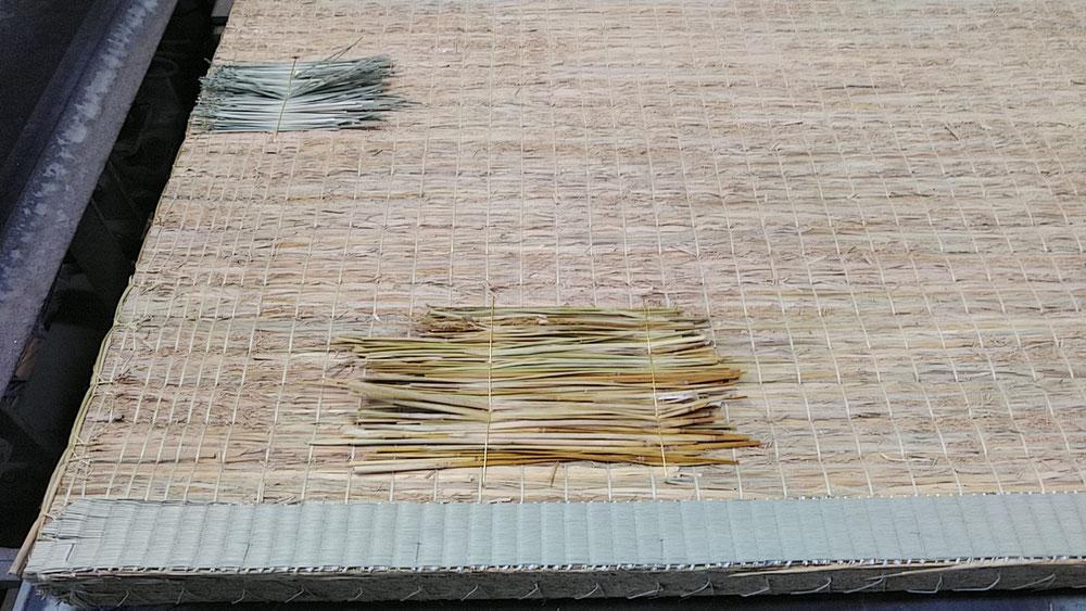 手縫いで藁を使用して、凹みを修理しました。