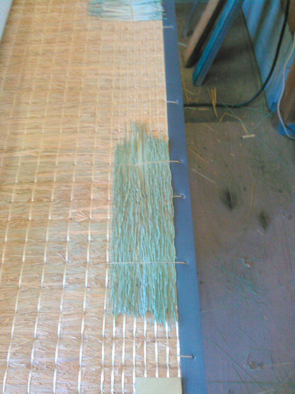 コーナー(補強材)を手縫いしまして、畳の丈を増やす作業です。