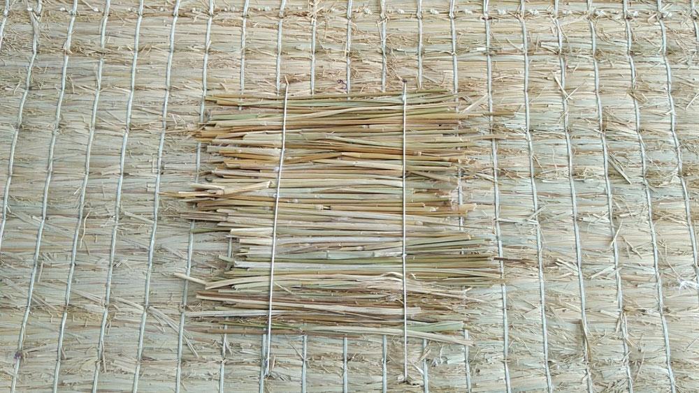 凹みは、手縫いで藁を使用して修理しました。
