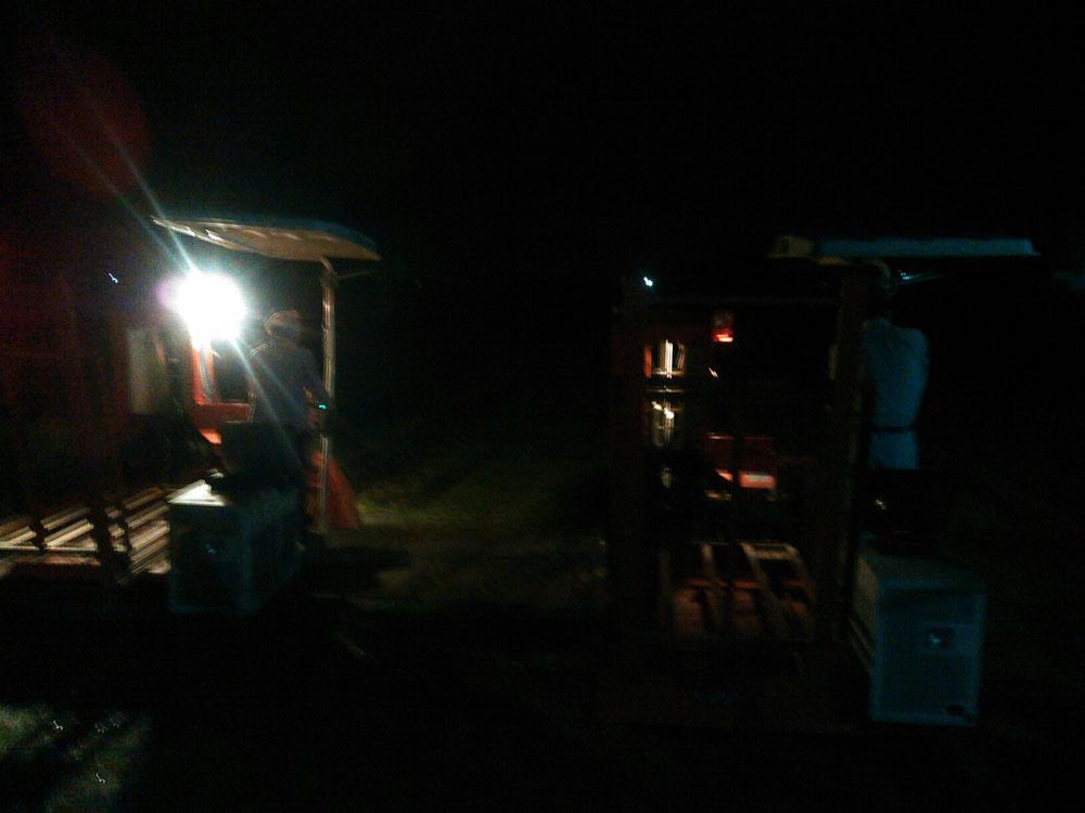 2日目の夜中、3時30分からハーベスタでい草の刈り取りを始めるところです。