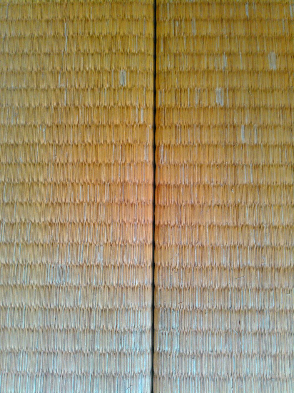 施工前の畳です。畳の丈がかなり空いてます。