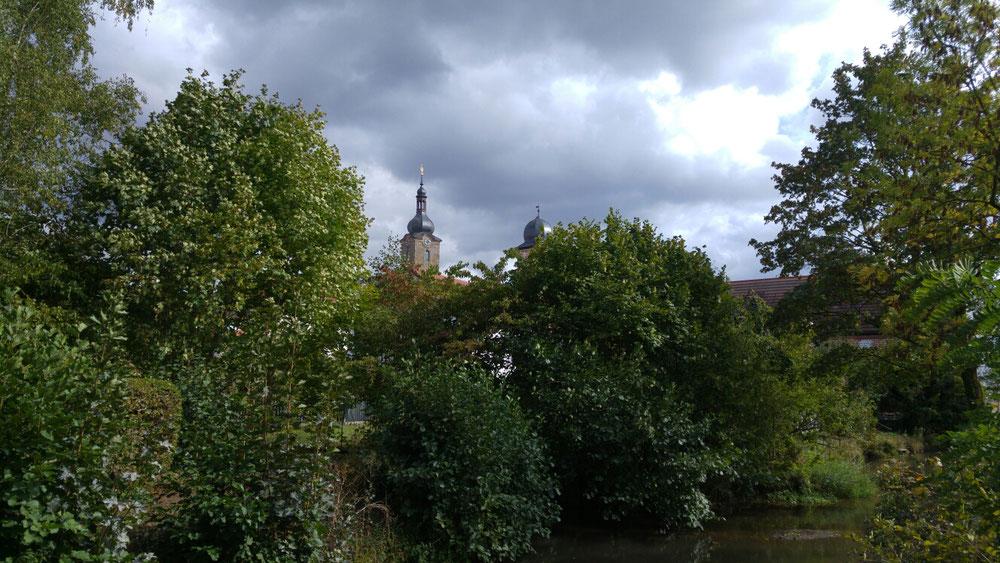 Ebern Stadt in Franken im Frühling mit Kirche und Bäumen