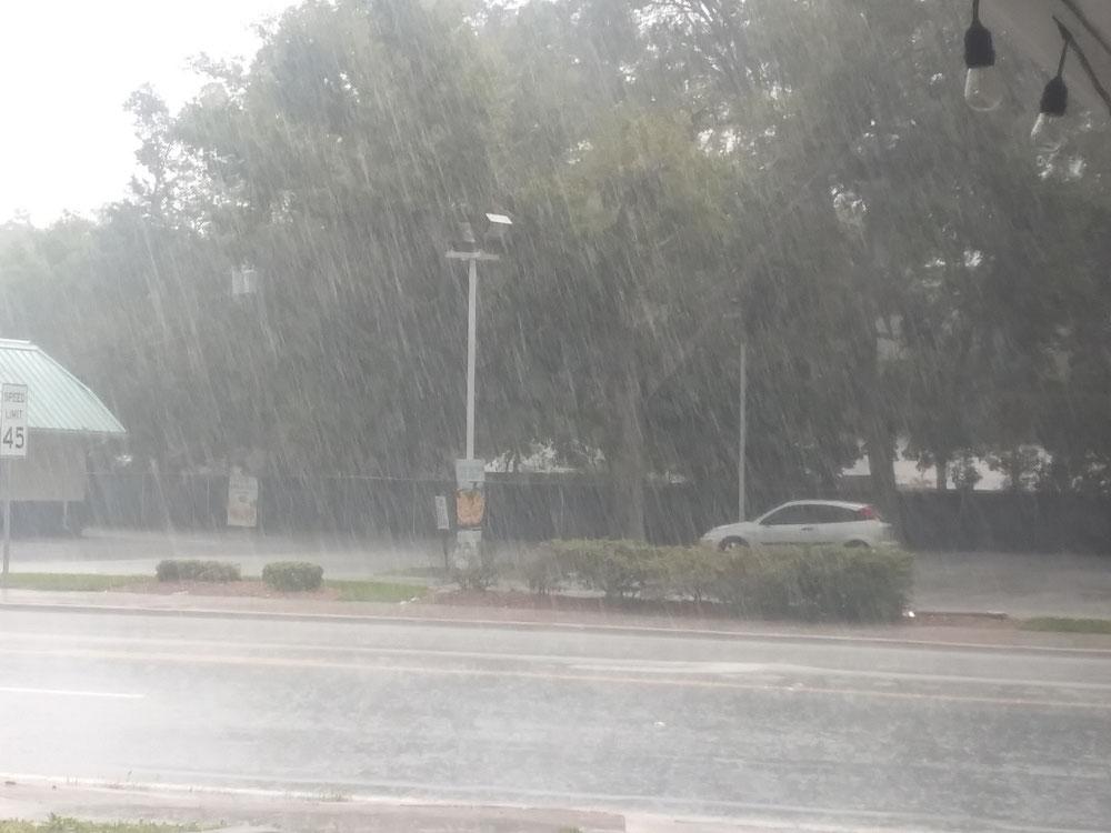 写真でも分かるくらいの豪雨です。