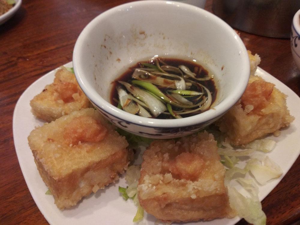 豆腐の揚げたもの。このタレが最高!