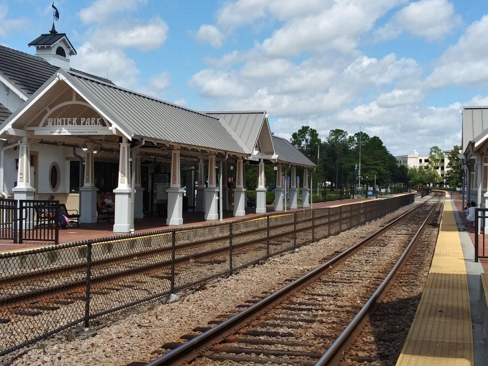 電車が通るので駅もあります。この付近がパーキング。