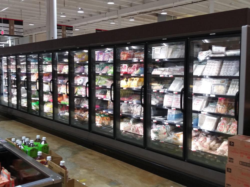 冷凍食品もズラリ。納豆や明太子もあります。
