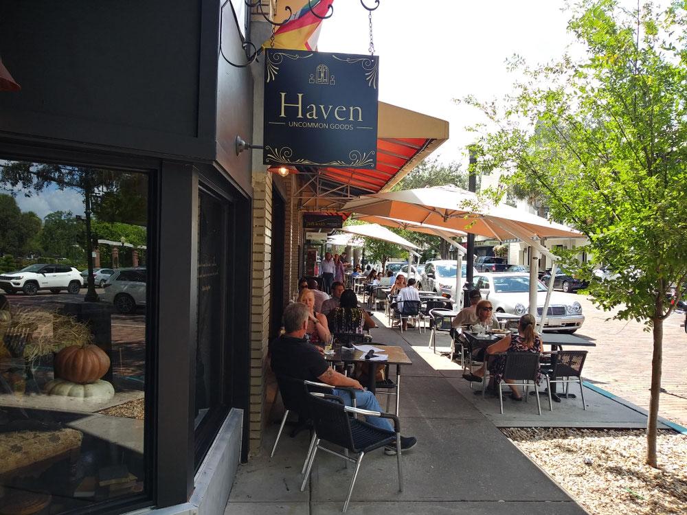 カフェやレストランはテラス席が人気。気持ち良いですもんね!