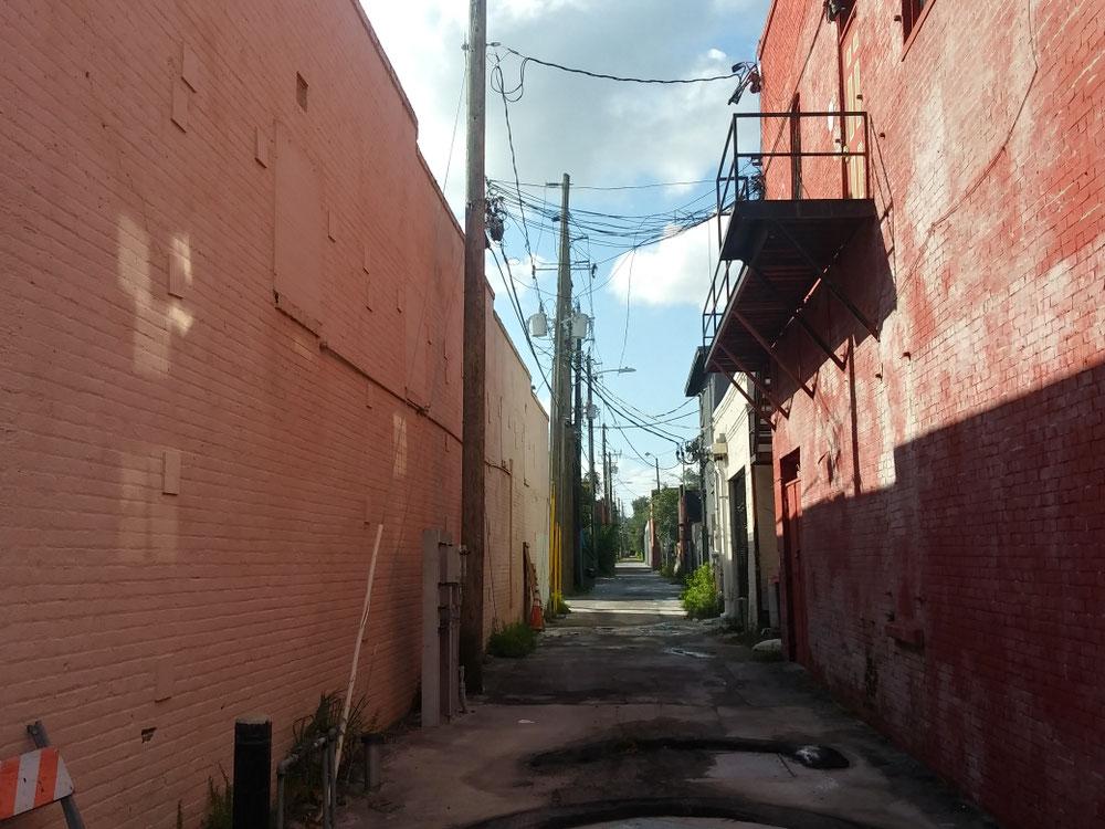 裏路地。古い町は裏路地が狭く野良猫がいるイメージ。(笑)