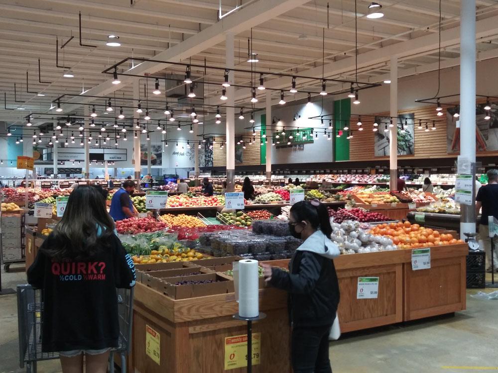 広い店内。この辺りは野菜とフルーツ。