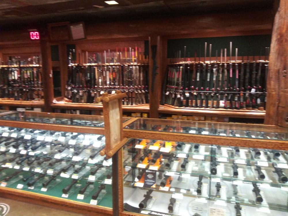 ライフル銃が数百ドルで売られています。