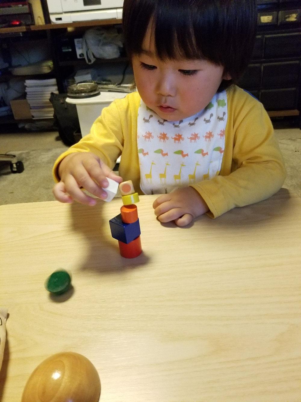 積み木を積む時に「指を離す」と言う作業は、神経回路が繋がり「意思」がないと出来ません。