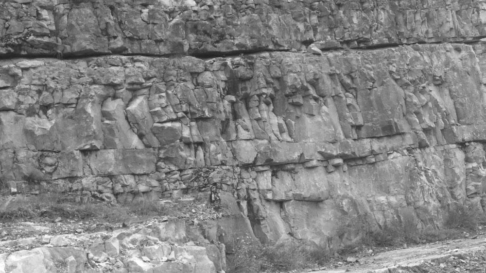 Sieht es nicht aus, als steckten in diesen Steinen eines Aufschlusses ein Figurenfries