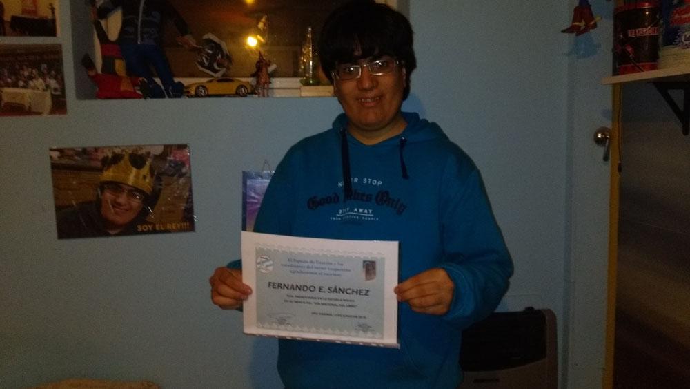 EzeFer con su reconocimiento de literario por participar en la Wikam