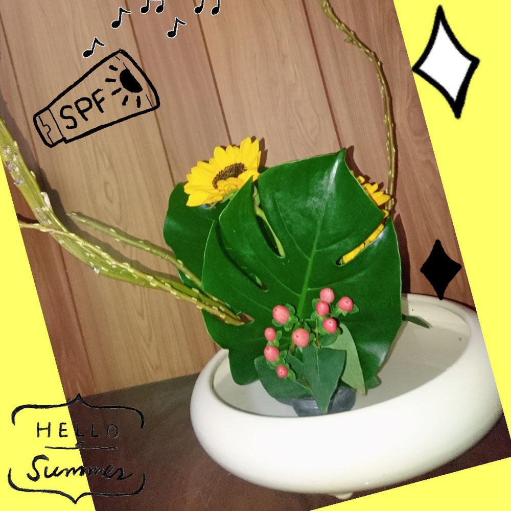 高校生の息子が生け花を習っています。さっそく帰って来て家で花をいけてくれました。