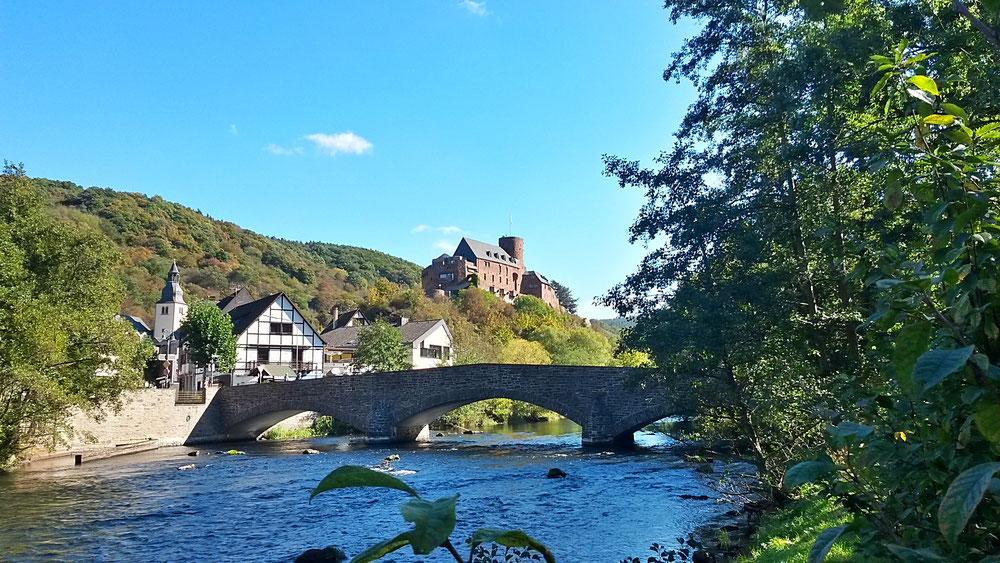 Landschaftlich reizvoll um einen Burgberg im Tal der Rur gelegen: Heimbach unser Ziel und Ausgangspunkt.