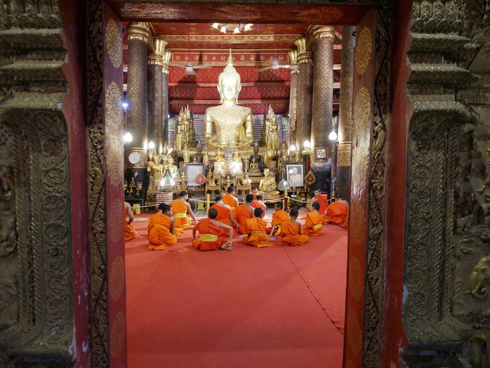 Fast ein paar Mönche beim beten erwischt