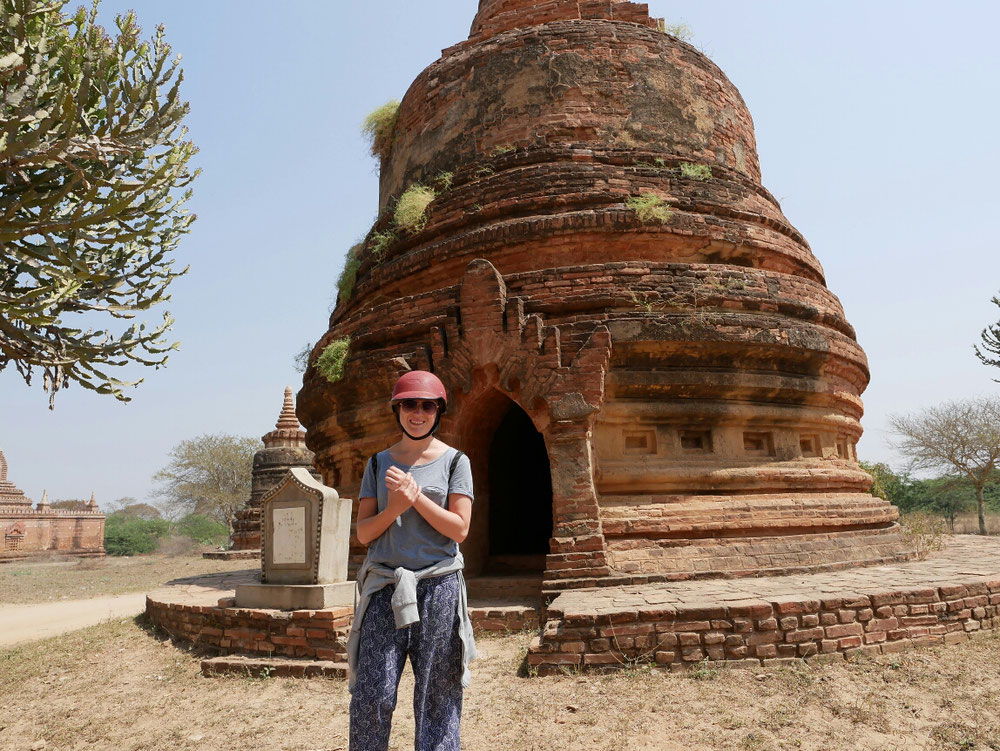 Andrea geht auf Nummer sicher, nach einem Erdbeben 2016 sind einige Tempel noch einsturzgefährdet. Also besser Helm aufsetzen