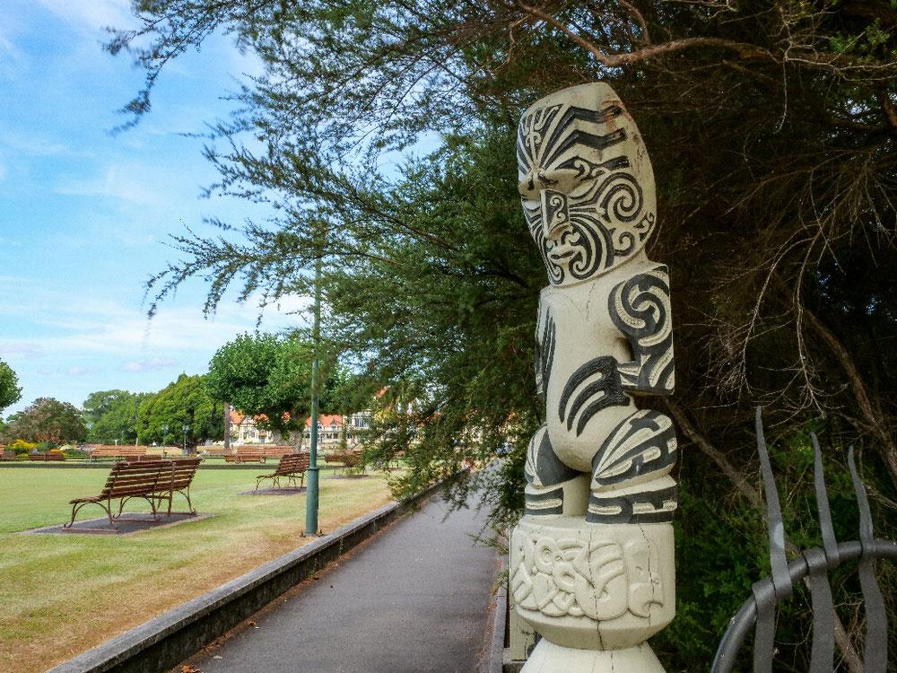 """Davor gab's noch nette Maorikunst. Rotorua ist außerdem die """"Hauptstadt"""" der Maori in Neuseeland."""