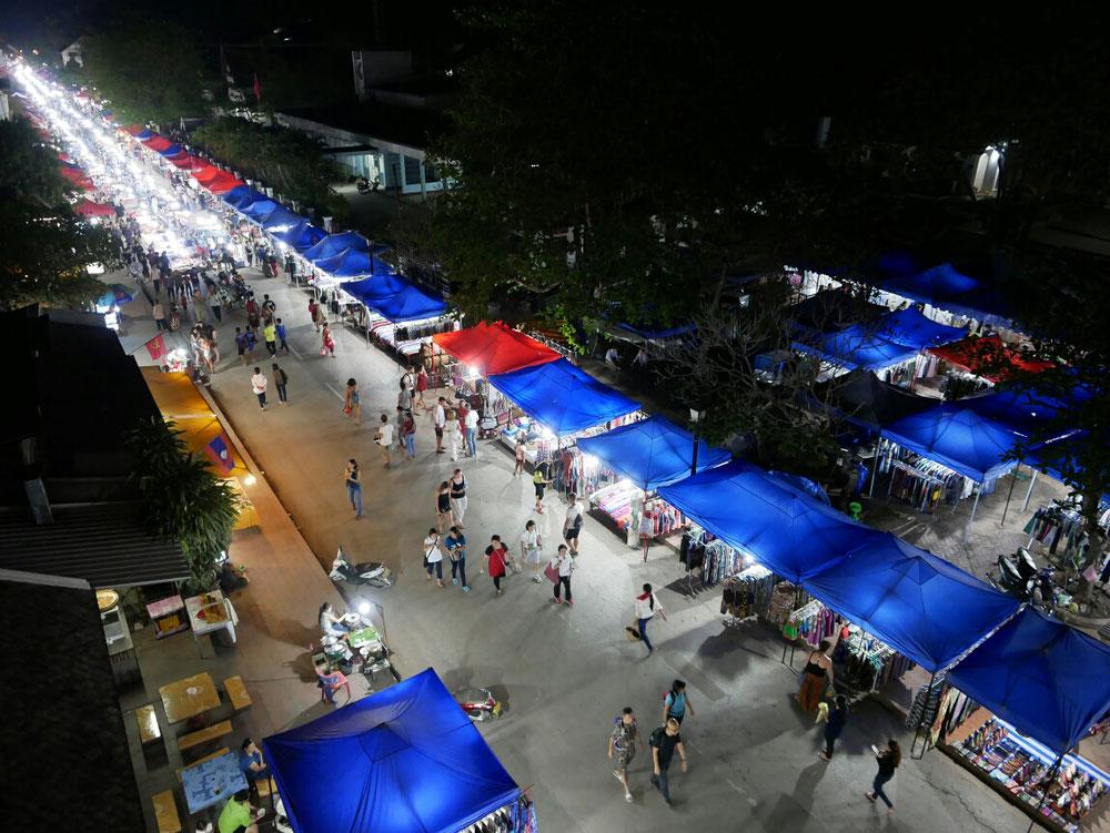 Der Nachtmarkt im dunkeln von oben
