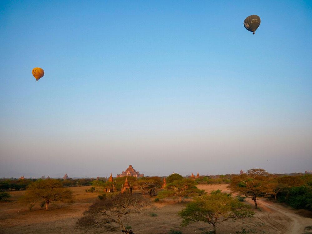 Tempelruinen und zwei Luftballons