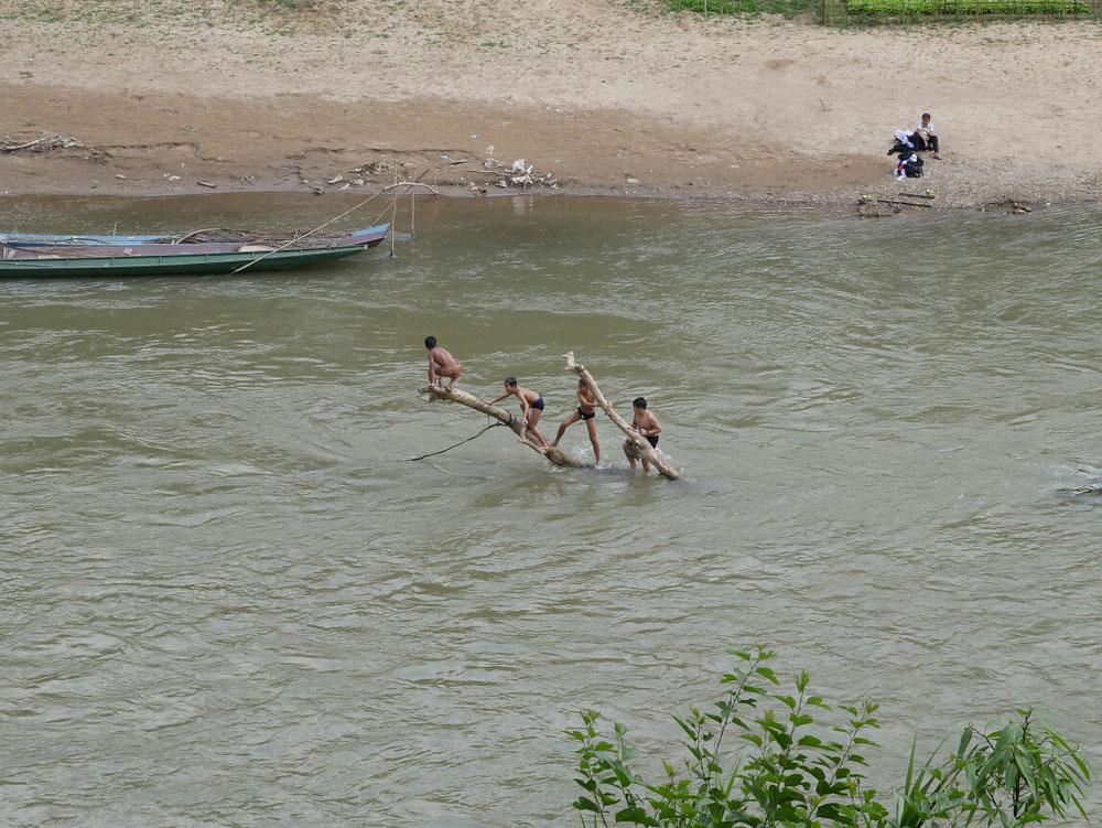 Kids spielen im Nam Khan - dryseason halt
