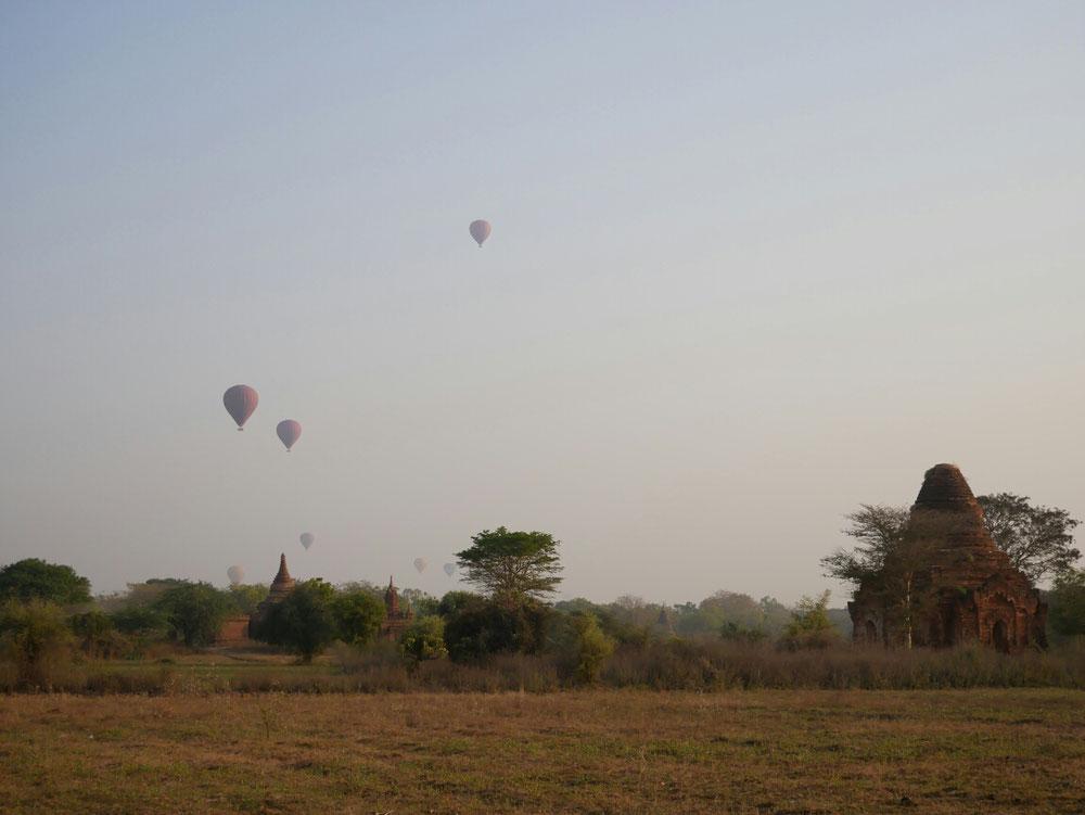 Nochmal Heißluftballons vor Ruinenkulisse