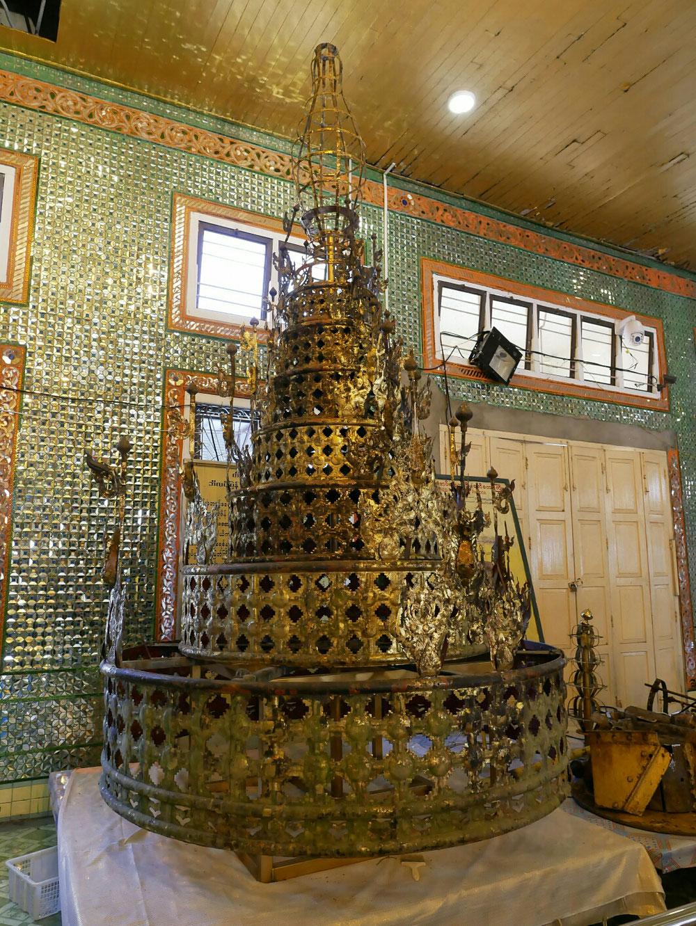Die Pagode war verhüllt zu Renovierungszwecken. Die Spitze stand in einer Halle daneben und wartete auf Gold