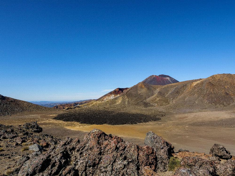 Blick auf Mount Doom rüber zu den Emerald Lakes mit beeindruckender Vulkan Landschaft