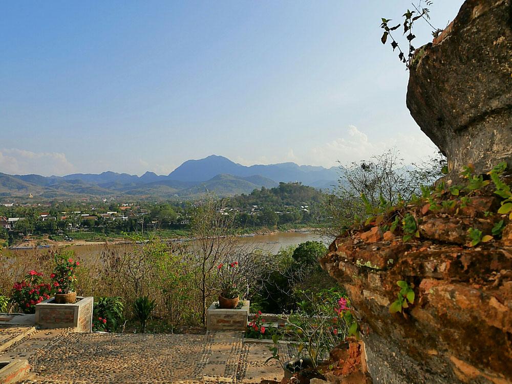 Alte Gräber mit Blick auf Mount Phu Si