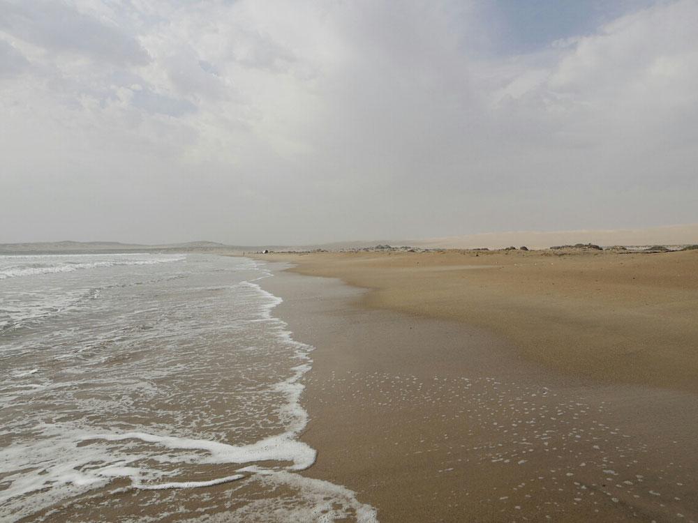 Quasi überall Sand - erst Beach dann Desert - im Hintergrund (musst auf zoom klicken)