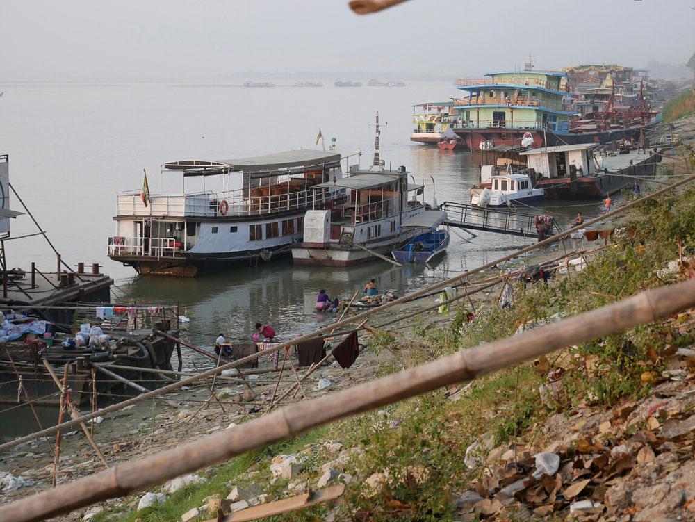 das normale Treiben in einer Millionenstadt - Wäsche machen, Hygiene durchführen am Fluss