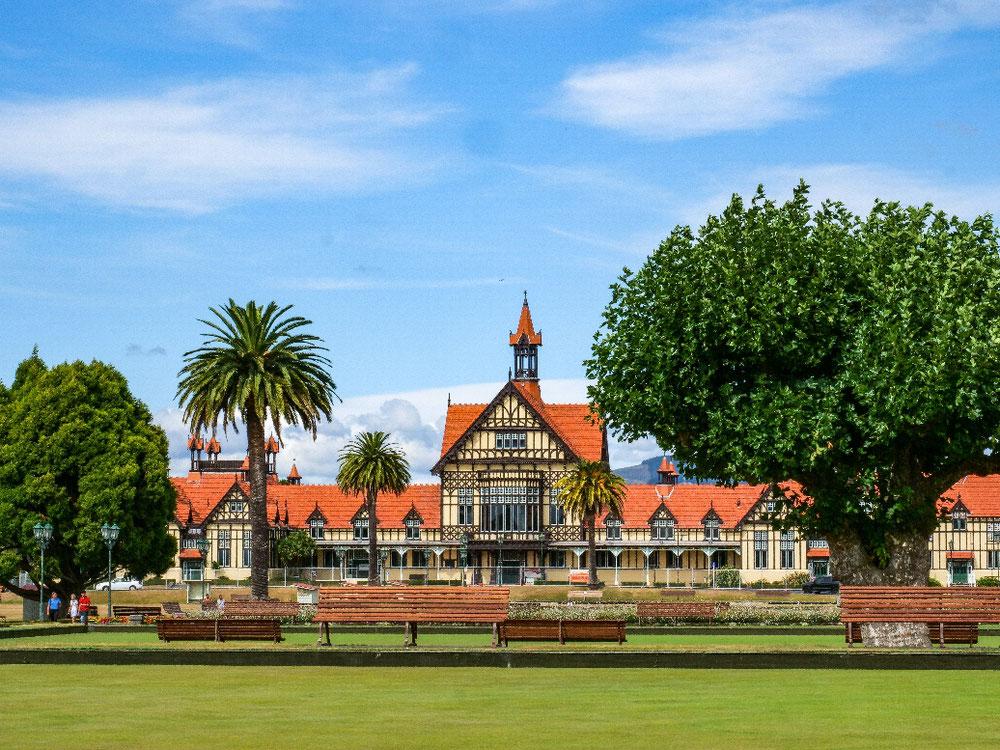 Das schönste Haus im stinkenden Rotorua war das Badehaus mit Stinkepools