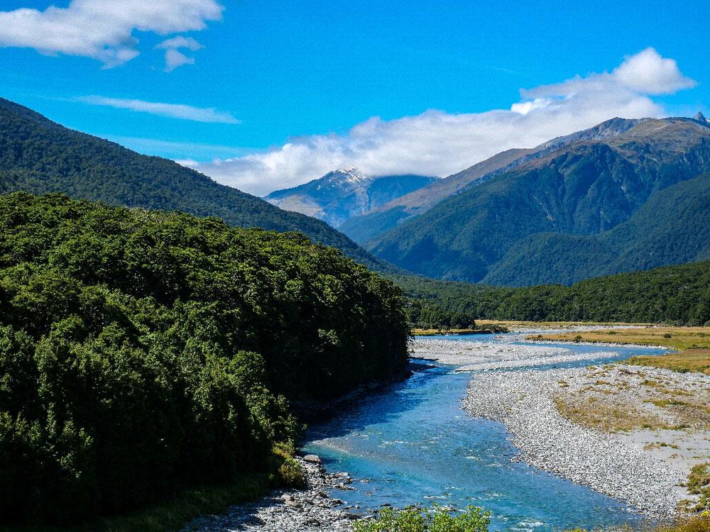 River, Berge, türkises Wasser, saftig grüner Wald. Ein paar Wölkchen. Perfektes Fotomotiv.